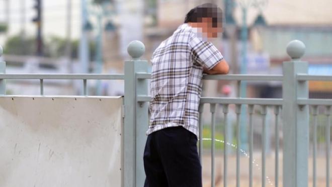 Thẩm quyền xử phạt khi tè bậy nơi công cộng - Luật Trung Kiên
