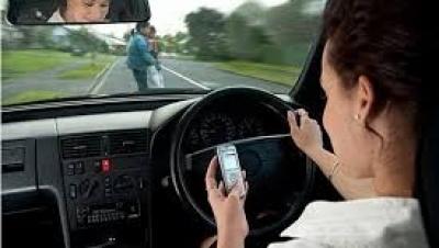 Hành vi dùng điện thoại di động bằng tay khi lái xe ô tô bị xử phạt đến 2 triệu đồng! - Luật Trung Kiên