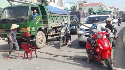 Xe tải chở đất có bắt buộc phải có đồ che đậy không? - Luật Trung Kiên