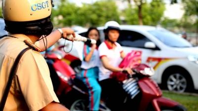 Cảnh sát giao thông thực hiện quy trình dừng xe và thủ tục xử phạt thực tế - Luật Trung Kiên